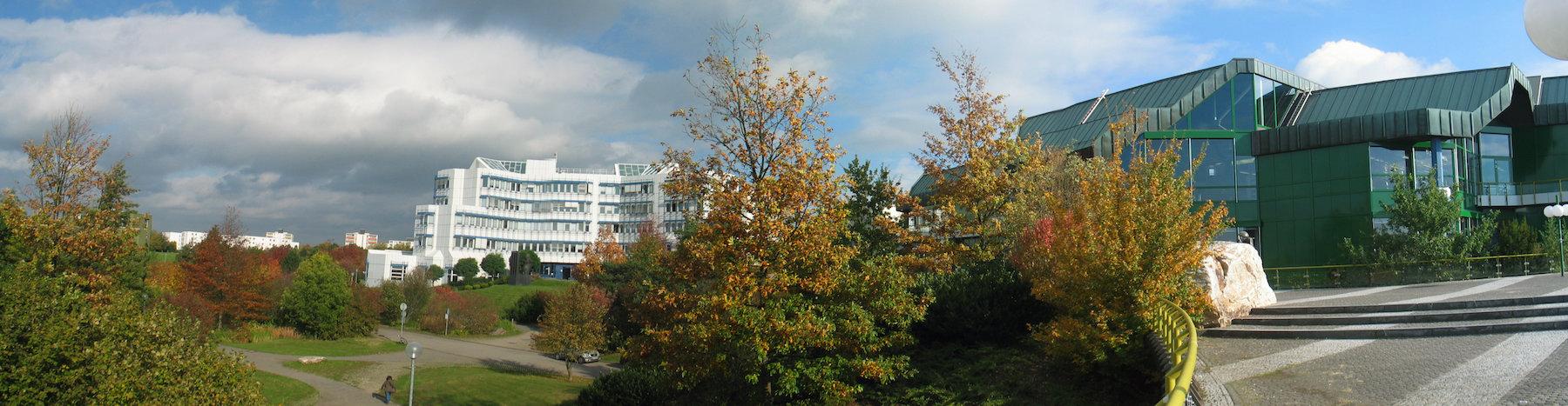 Breites Panoramabild der Gebäude der Universität Trier, Campus I