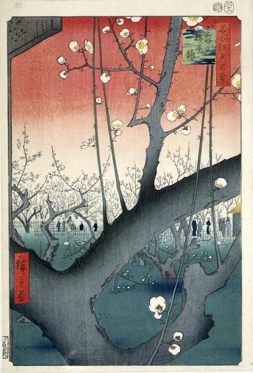 Holzblockdruck von Hiroshige: Park mit Pflaumenblüten in Kameido (1857): Im Vordergrund ein dicker Ast mit weißen, zarten Blüten, im Hintergrund weitere blühende Bäume vor rotem Himmel