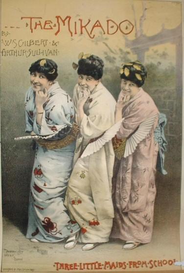 """Das Plakat für The Mikado in London 1885 zeigt """"Three Little Maids from School"""", so der Schriftzug"""", in Kimono, mit Fächern und hochgesteckten, schwarzen Haaren mit Haarschmuck."""
