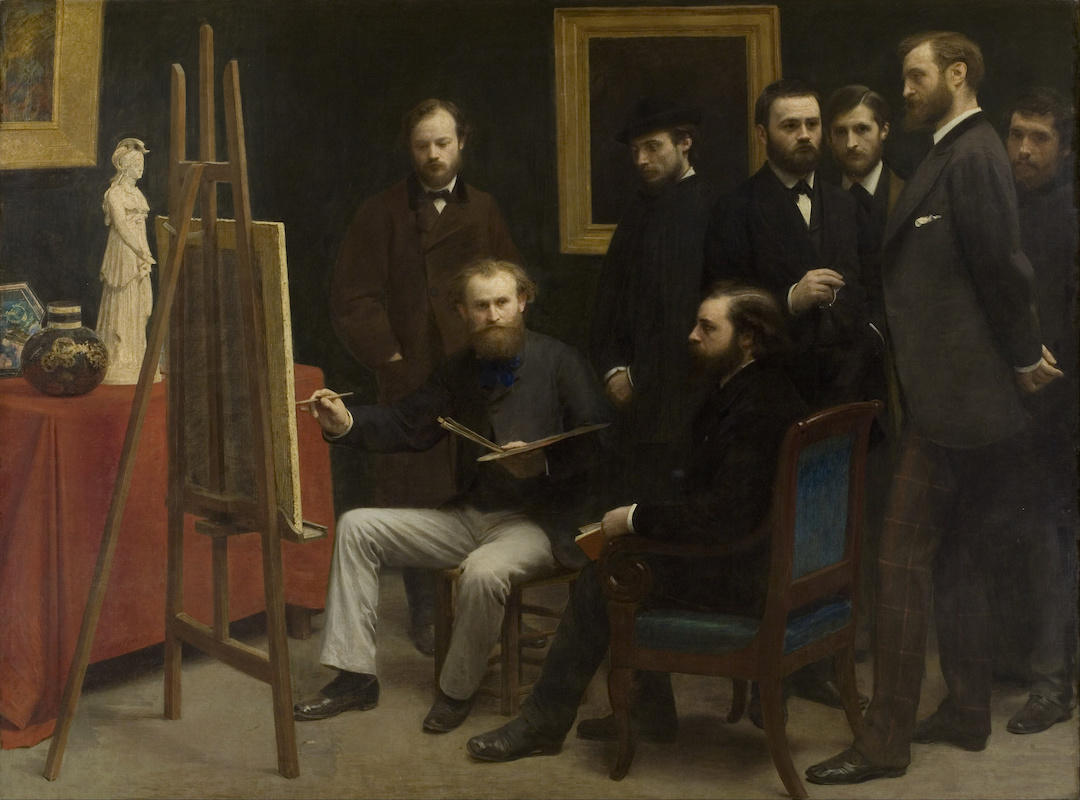 Auf dem Gemälde von Henri Fantin-Latour steht auf der linken Seite eine Staffelei. Rechts davon sitzen zwei Maler, dahinter stehen weitere sechs Malerfreunde. Es handelt sich um ein Atelier der Batignolles-Gruppe.
